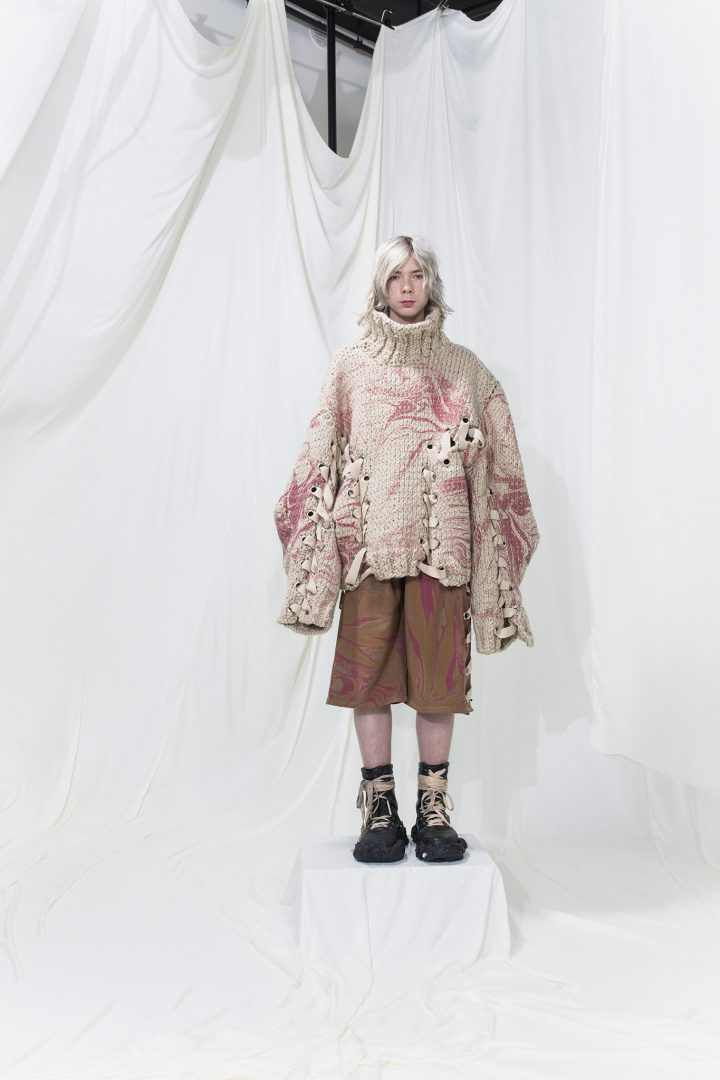 Oversized knitted jumper with pink marble print, with pink-brown marble printed shorts underneath